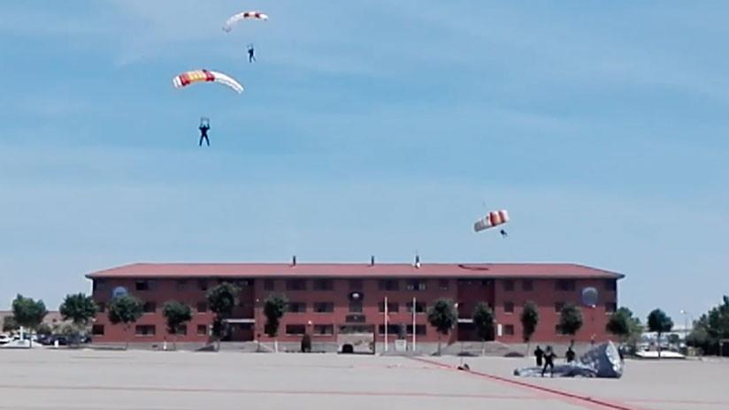 VIDEO: Un paracaidista pierde el control e impacta contra un tejado durante una exhibición en España