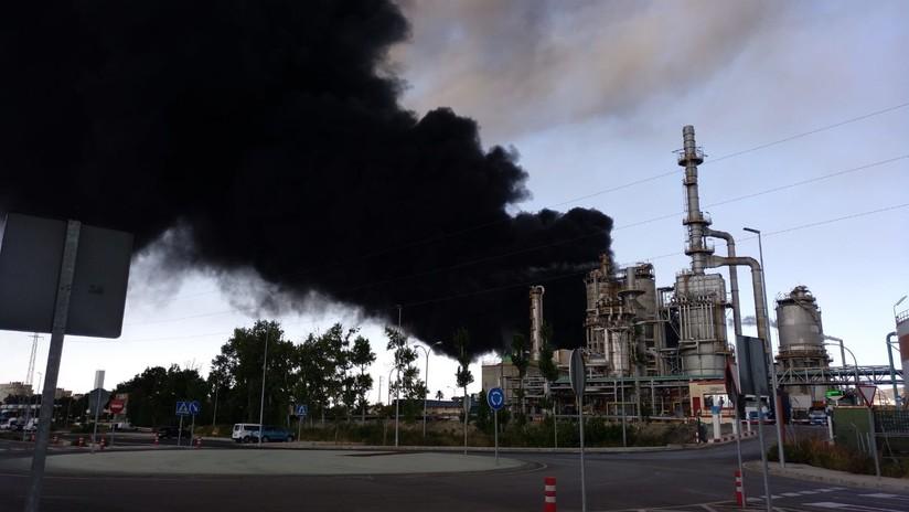 Un incendio en una planta química obliga a desalojar un polígono industrial en España