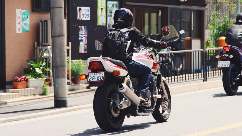 VIDEO: Conductores persiguen e interceptan a ladrones que huían en una motocicleta en México