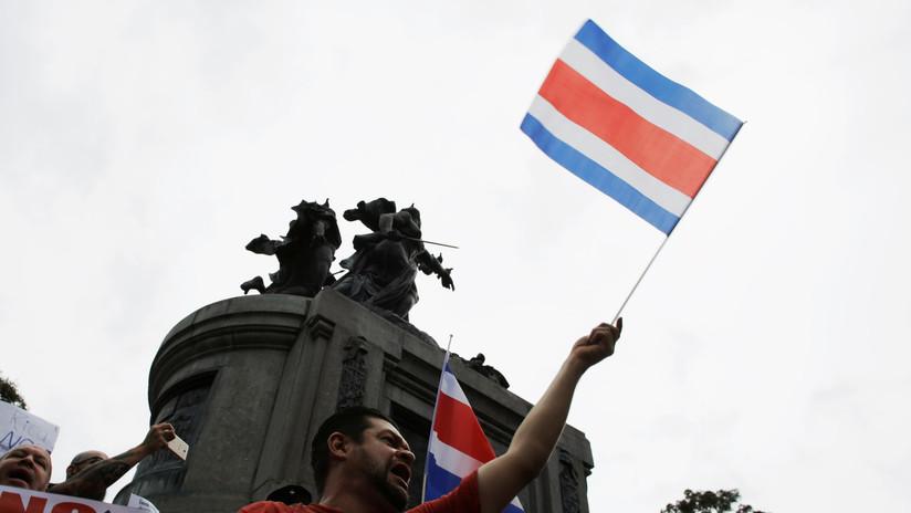 Manifestantes irrumpen con un explosivo en la Casa Presidencial de Costa Rica