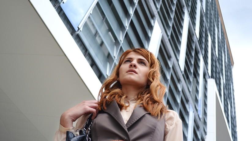VIDEO: Un disco de pesas golpea a una mujer en la cabeza tras caer de un séptimo piso