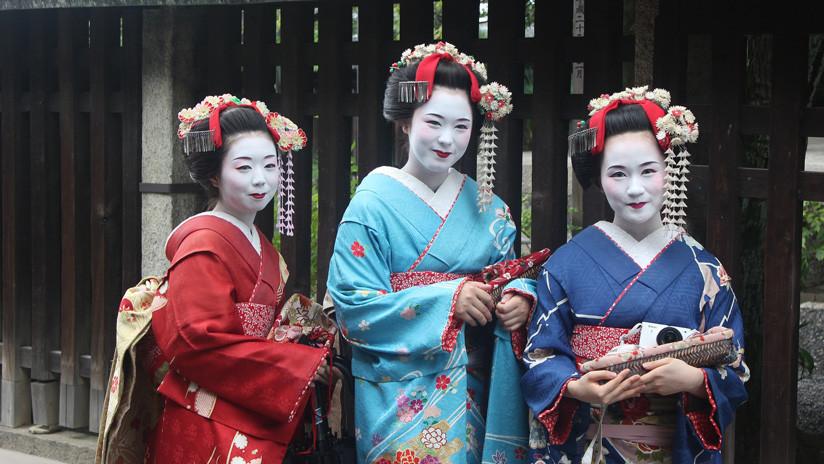 Repudian a turistas entrometidos que persiguen a las geishas en Kioto para tomarles fotos sin su permiso (VIDEO)