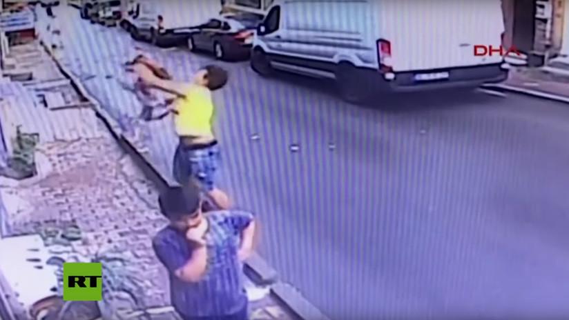 VIDEO: Un adolescente atrapa al vuelo a una niña de 2 años que cayó por una ventana