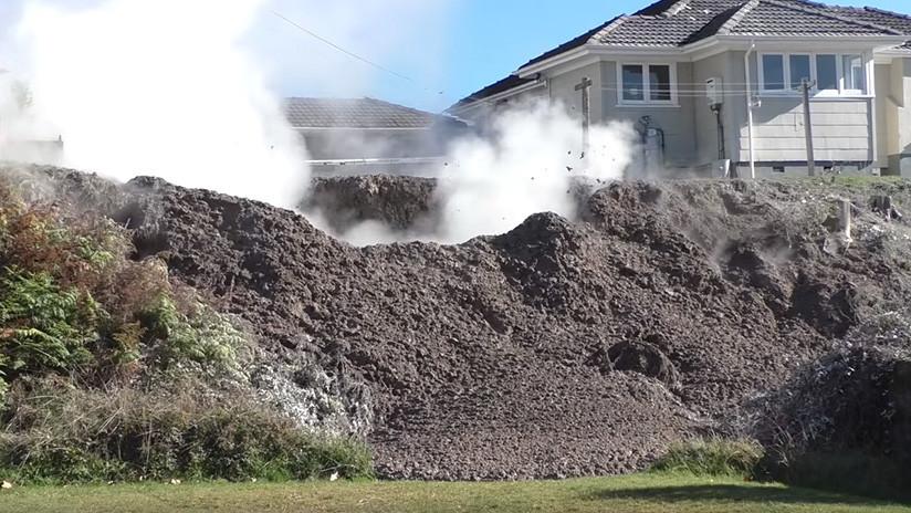 """""""Pensé que era un gran terremoto"""": se abre un enorme géiser de barro en el patio de una casa (VIDEO)"""