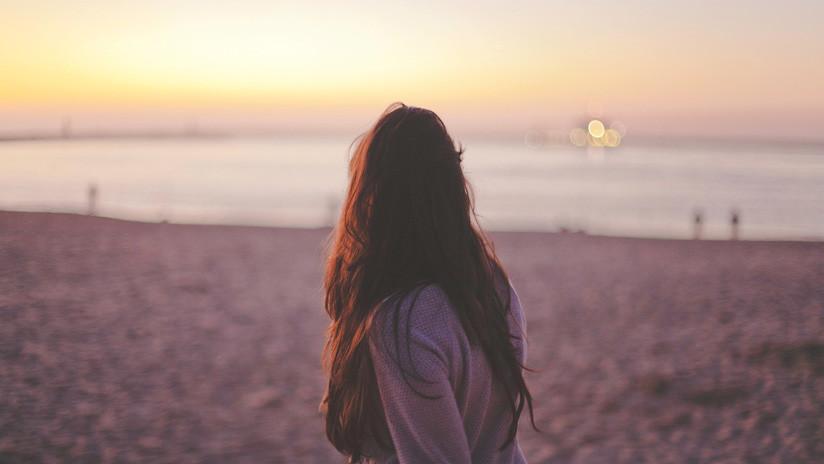Una niña contrae una rara bacteria come carne en una playa de EE.UU.
