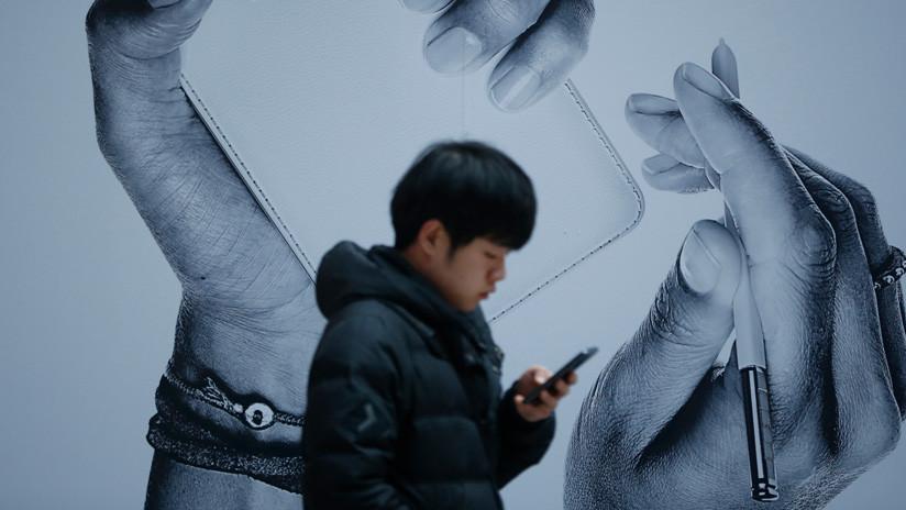 VIDEO: Corea del Norte vende un 'smartphone' con reconocimiento facial y recarga inalámbrica