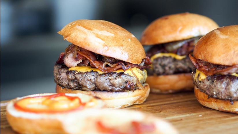 Una cadena de comida rápida confiesa que alimentó secretamente a sus clientes con carne falsa