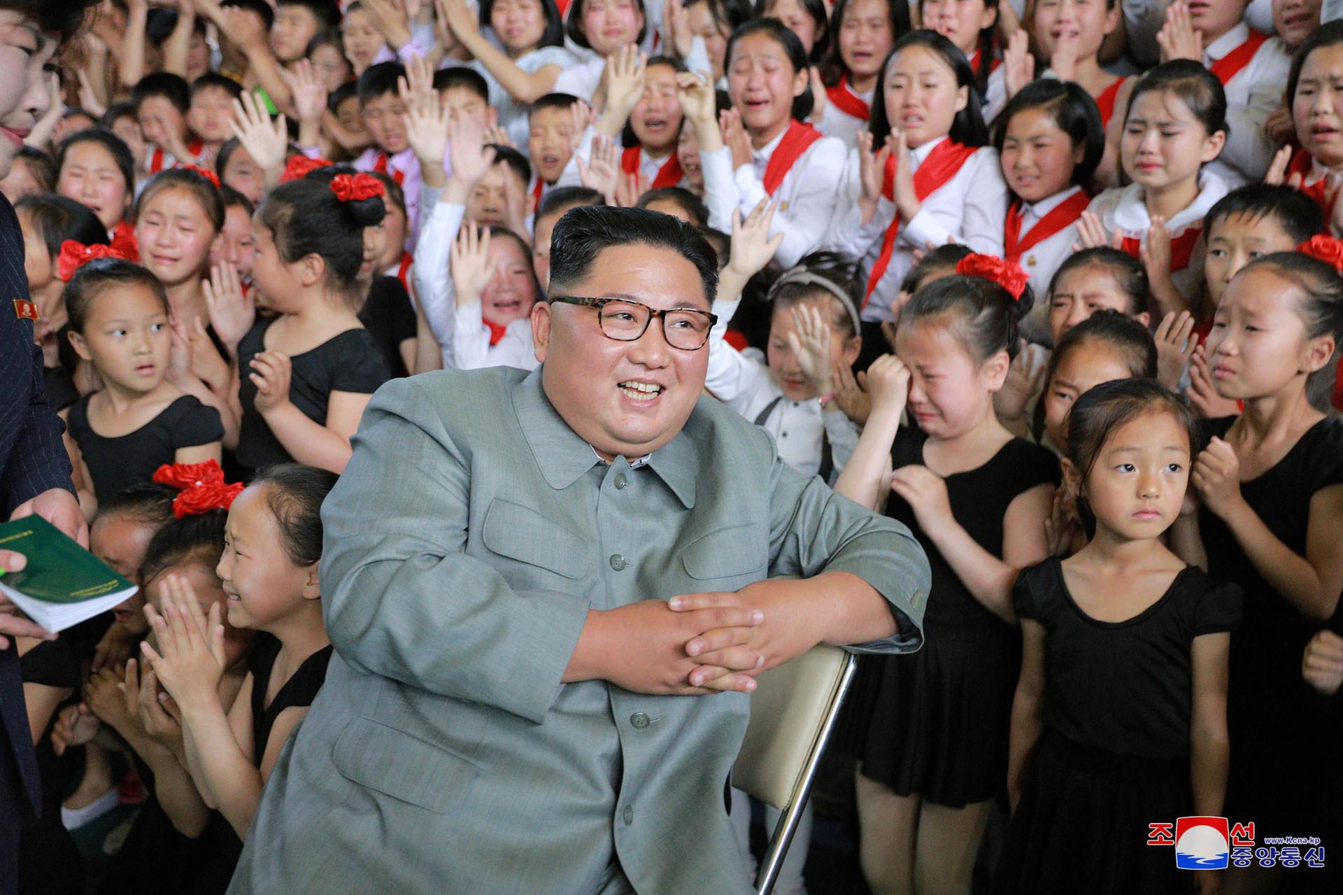 El líder norcoreano, Kim Jong-un, en el Palacio de Aprendizaje de Escolares en Kanggye, provincia de Chagang, Corea del Norte.