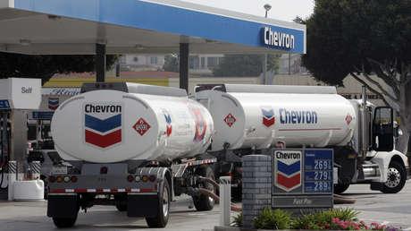 Camiones de Chevron llegan a una estación de servicio en California, EE.UU. 10 de agosto de 2005.