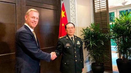 El secretario interino de Defensa de EE.UU., Patrick Shanahan, y el ministro de Defensa de China, Wei Fenghe, en Singapur, el 31 de mayo de 2019.