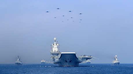 Buques de guerra y aviones de combate chinos durante una exhibición militar en el mar de la China Meridional, 2018.