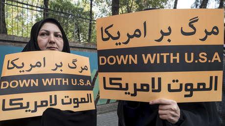 Mujeres con pancartas antiestadounidenses en una manifestación ante la antigua embajada de Estados Unidos en Teherán, Irán. 4 de noviembre de 2015.