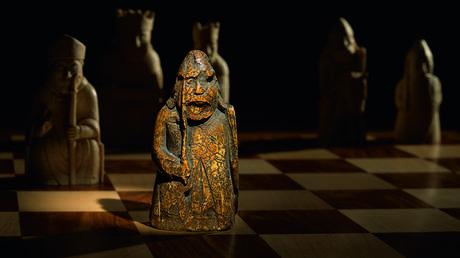 Pieza del ajedrez de la isla de Lewis exhibida por la casa de subastas Sotheby's, 3 de junio de 2019.