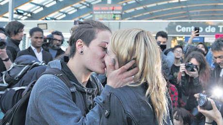 """Mariana y Rocío durante un """"besazo"""" para denunciar la injusticia en febrero de 2018. Buenos Aires."""