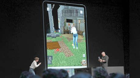 Lydia Winters y Saxs Persson, del estudio Mojang, muestran el videojuego 'Minecraft Earth' en el evento WWDC 2019, California, EE.UU.