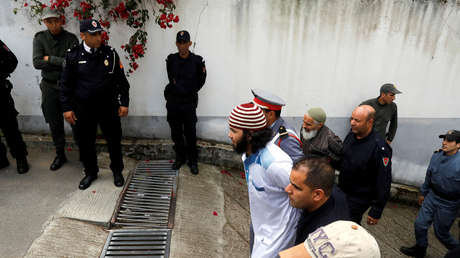 Uno de los acusados del asesinato de dos turistas escandinavas abandonando el tribunal en Salé, Marruecos, el 2 de mayo de 2019