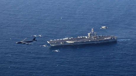 El portaviones USS Abraham Lincoln y un bombardero B-52 en el mar Arábigo, 1 de junio de 2019.