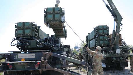 Sistemas de defensa antimisiles Patriot se recargan durante ejercicios en Koper, Eslovenia, el 3 de junio de 2019