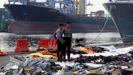 Policías indonesios observan las pertenencias de los pasajeros del vuelo JT610 de Lion Air en Yakarta, Indonesia, el 31 de octubre de 2018.