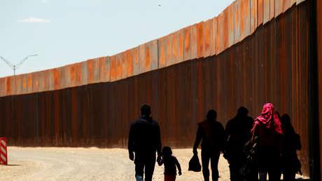 Migrantes centroamericanos caminan tras cruzar la frontera de El Paso, Texas, 15 de mayo de 2019.