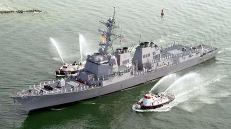 El destructor de misiles guiados USS Mason (DDG-87) en Puerto Cañaveral, Florida, EE.UU., el 4 de abril de 2003.