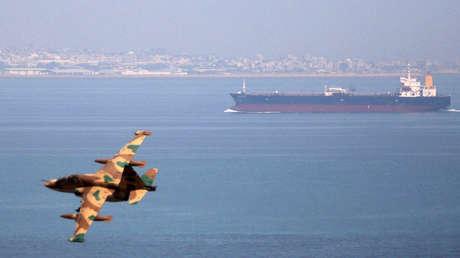 Un avión militar iraní sobrevuela el golfo Pérsico durante unas maniobras navales.