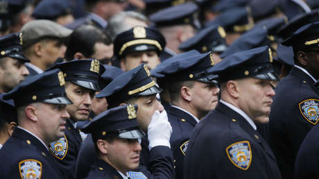 Oficiales de policía Nueva York en el funeral de un oficial caído en Afganistán (Nueva York, EE.UU.). 30 de diciembre de 2015.