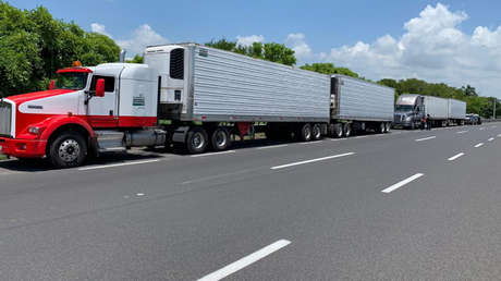 Camiones con migrantes centroamericanos detenidos en Veracruz, México, 15 de junio de 2019.
