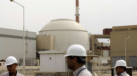 Especialistas iraníes cerca de la central eléctrica de Bushehr, el 25 de febrero de 2009