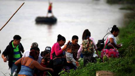 Migrantes centroamericanos bajan de una balsa tras cruzar el Río Suchiate, México, 8 de junio de 2019.