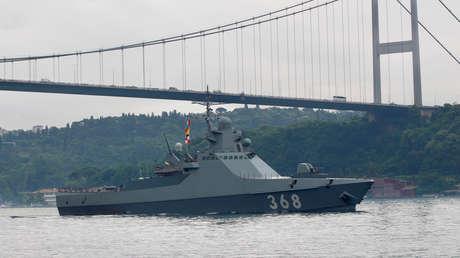 El barco patrullero ruso Vasili Bíkov en el Bósforo turco, el 11 de junio de 2019.