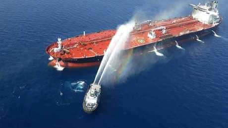Embarcación de la Marina iraní lucha contra el incendio en un petrolero atacado en el golfo de Omán el 13 de junio de 2019.