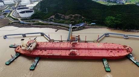 Imagen ilustrativa. Un portador de crudo muy grande en el puerto de Ningbo Zhoushan (China), 16 de mayo de 2017.