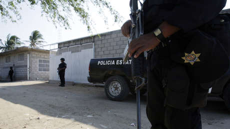 Policías mexicanos frente a un refugio de migrantes en el estado de Oaxaca.