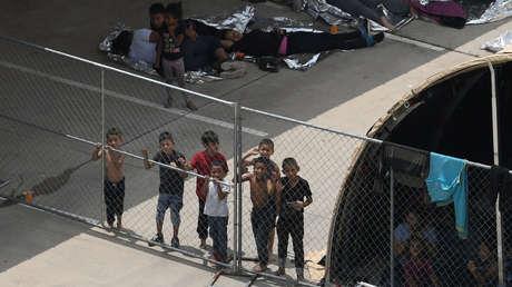 Migrantes afuera de la Estación McAllen de la Patrulla Fronteriza, en Texas, el 15 de mayo de 2019.