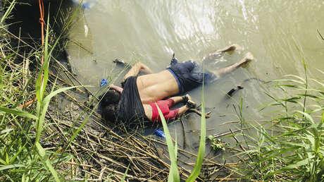 Los cuerpos de migrante salvadoreño Óscar Alberto Martínez Ramírez y su hija Valeria en la orilla del Río Bravo en Matamoros, México, el lunes 24 de junio de 2019.