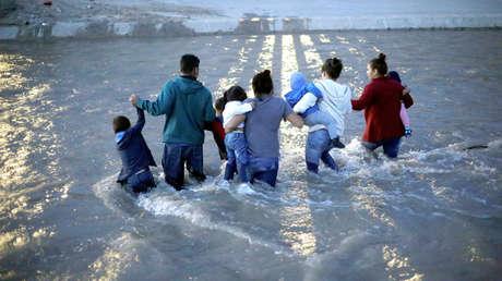 Migrantes centroamericanos cruzan el Río Bravo desde Ciudad Juárez, México, el 11 de junio de 2019.
