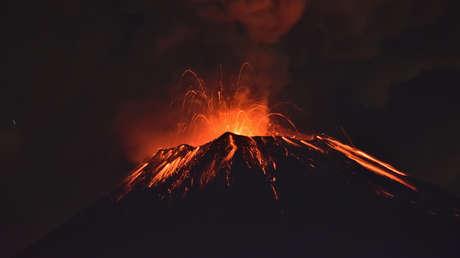 El volcán Popocatépetl  arroja material incandescente, el 27 de septiembre de 2017.