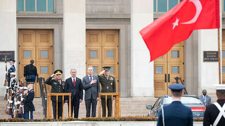 Hulusi Akar junto a altos cargos turcos y estadounidenses durante un acto oficial en Washington (EE.UU.), el 22 de febrero de 2019.