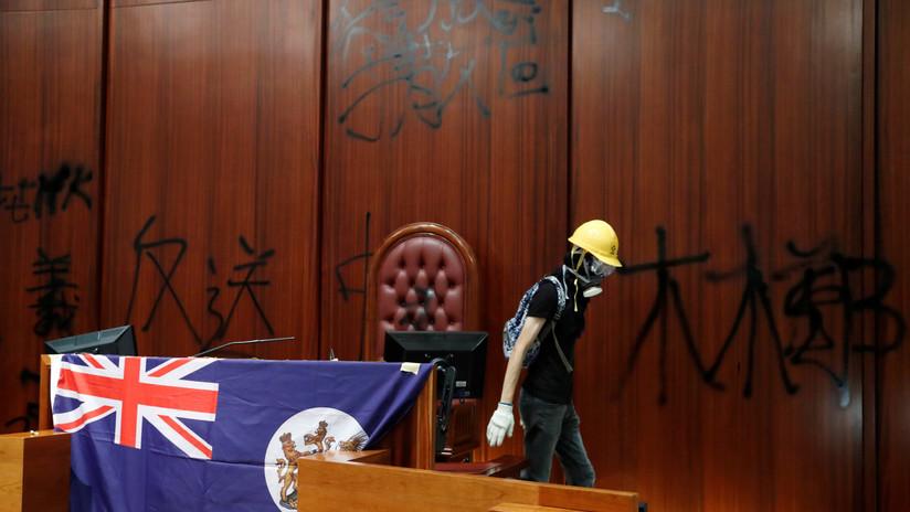 FOTOS, VIDEO: Manifestantes irrumpen en el Parlamento de Hong Kong exhibiendo la bandera colonial británica