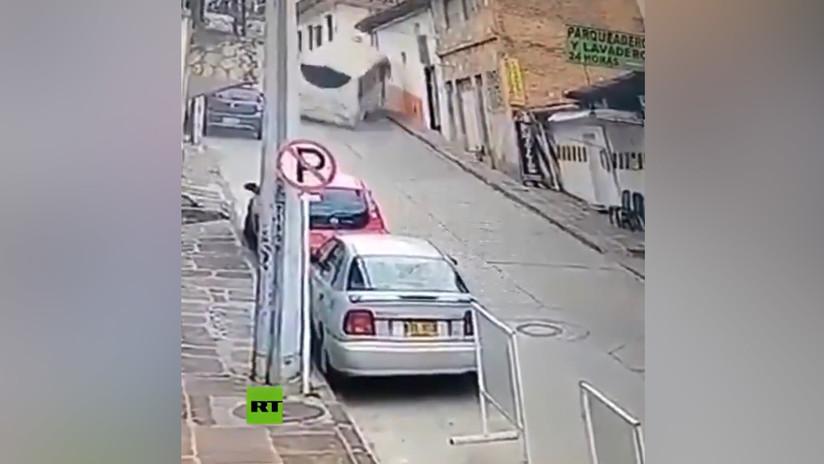 VIDEO: Un autobús sin frenos se precipita a toda velocidad por una calle empinada en Colombia