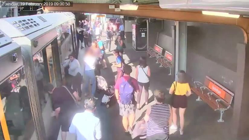 VIDEO: Un niño cae en el hueco entre el tren y el andén en una estación australiana
