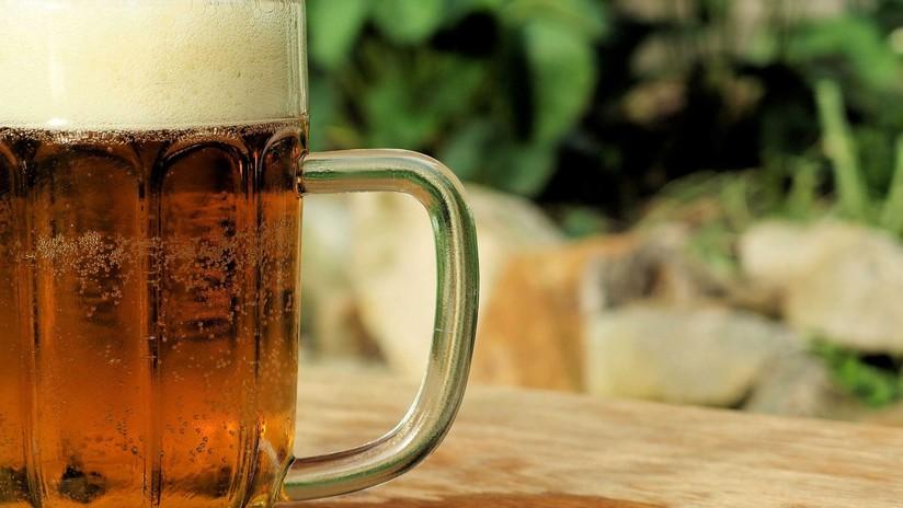 VIDEO: Un hombre se desploma y muere tras tomarse una jarra de cerveza de un solo trago