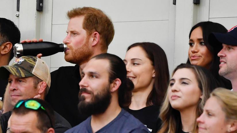 VIDEO: Captan un nuevo momento incómodo del príncipe Enrique y Meghan Markle durante un partido de béisbol