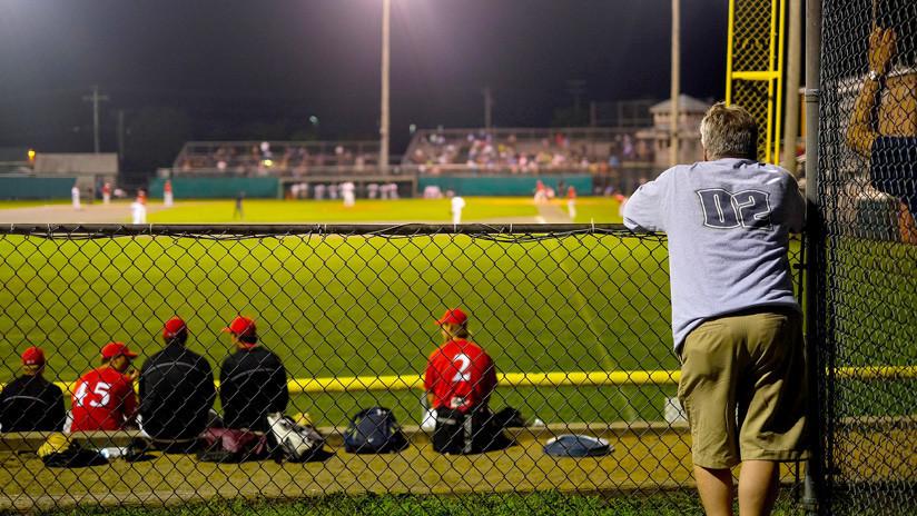 VIDEO: Un padre usa a su hijo como arma para atacar a un fanático rival en un juego de béisbol