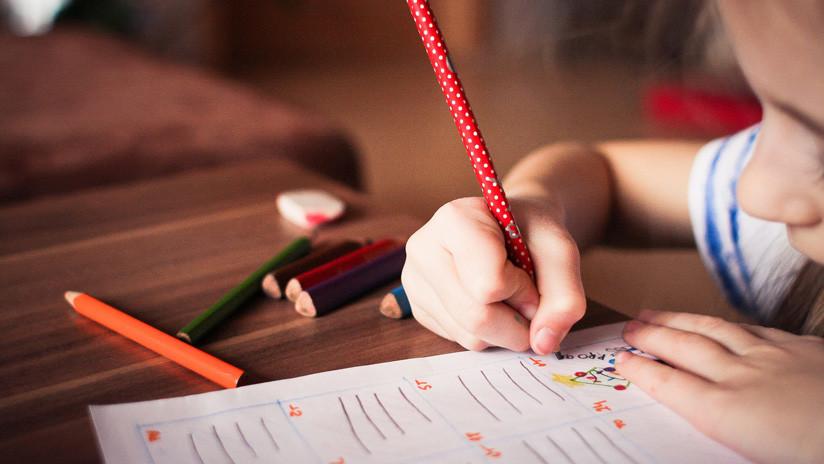 Una niña de 11 años muestra un dibujo en su colegio que evidencia el maltrato de su madre