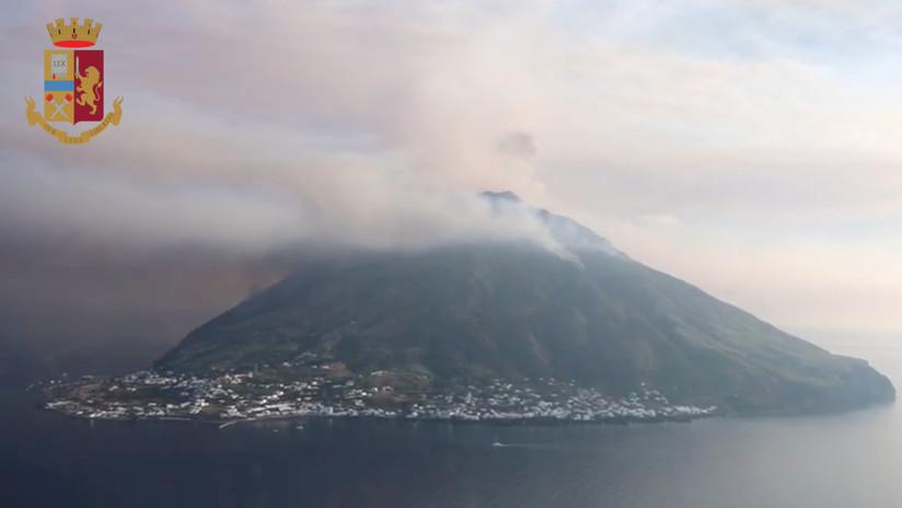 VIDEO: Pasajeros de un barco graban el momento en que huyen a toda máquina de la erupción del volcán Estrómboli
