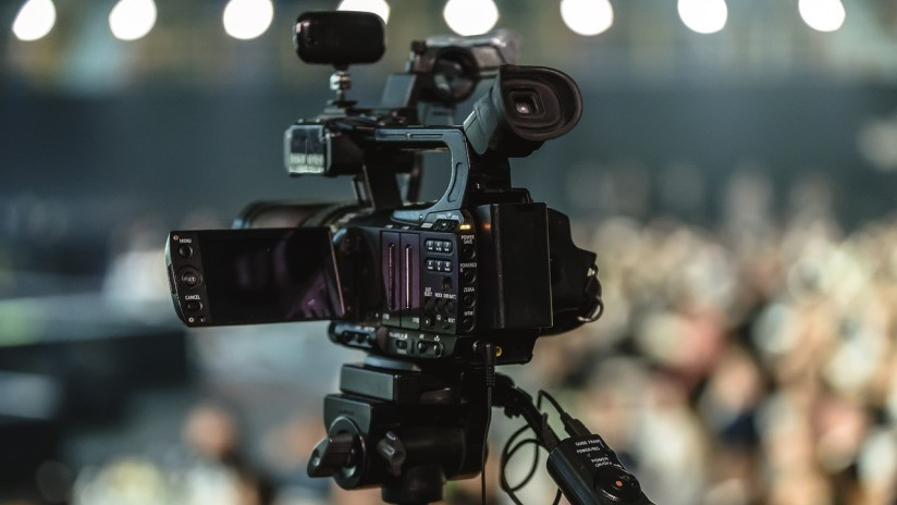 VIDEO: Sismo de 7,1 en California en plena emisión de un programa en directo obliga a la presentadora a esconderse debajo de la mesa