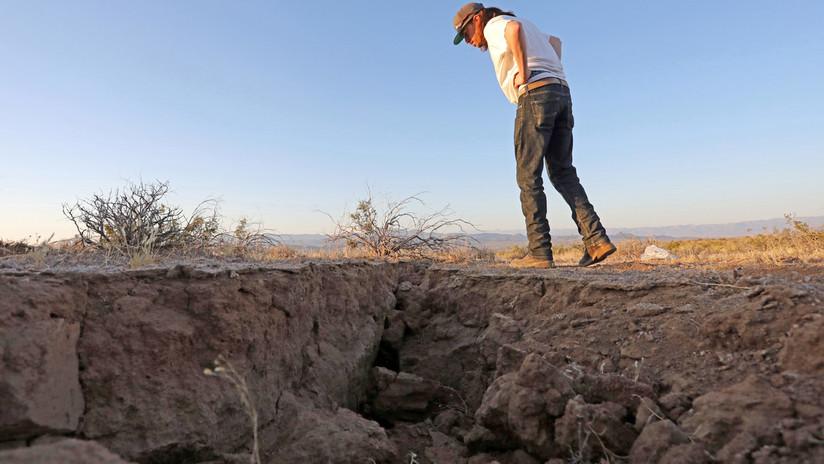 Testigos se fotografían con una grieta dejada por los dos terremotos en California