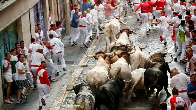 VIDEO: Toros y mozos pasan por encima de un corredor inconsciente en un encierro de San Fermín